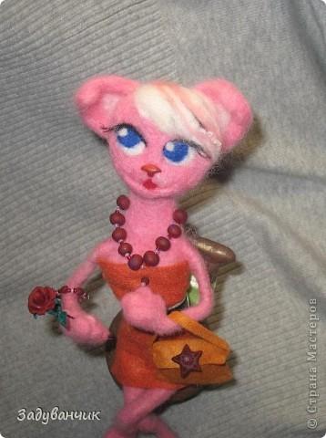 Кошка с розой и сумочкой на стуле фото 2