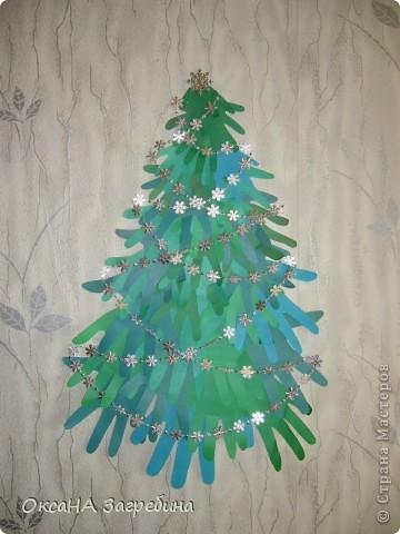 """Такую ёлочку мы делали всей семьей на прошлый Новый год. Верхний ярус состоит из ладошек нашей дочки, средний - из моих, а нижний - из папиных. Идею увидела в журнале """"Ручная работа"""". фото 1"""