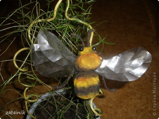 Имя:Шмель Материалы: поролон, пластик от бутылки, проволока, нитки, клей, иголка для шитья, краски масляные, бусины для глаз. предназночение: декор кашпо, ваз... фото 2