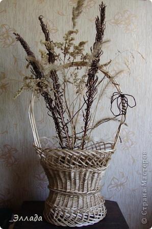 Декоративная подставка, но функция у нее другая, т.к. украшенна сухоцветами. Это моя первая работа в лозоплетении. фото 5