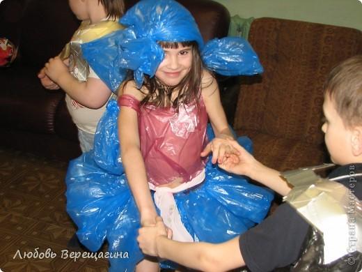 В костюме использованы мешки для мусора, коробки из-под сока, гофрированная бумага. Крепление - степлер и скотч. фото 4