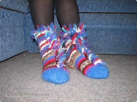 Идея таких пинеток принадлежит мужчине. От обычных носков они отличаются разрезной верхней частью носка. А дизайн может быть любой. фото 2