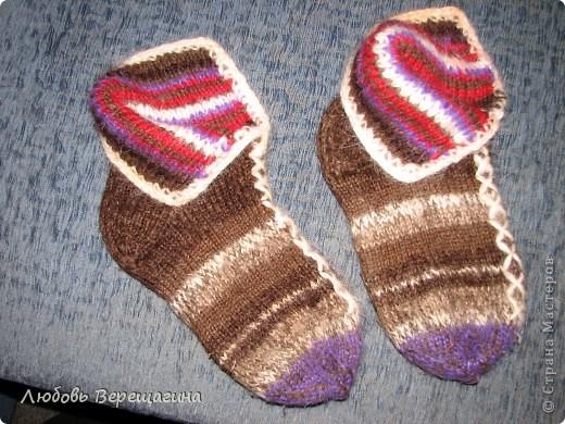 Идея таких пинеток принадлежит мужчине. От обычных носков они отличаются разрезной верхней частью носка. А дизайн может быть любой. фото 1