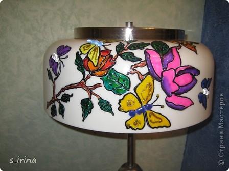 Это был старый торшер, который так надоел маме, что она хотела его выбросить. Но, такая красивая форма абажура и любовь к бабочкам не давали покоя. Бабочки декорированы камешками от мозаичной плитки, которая осталась от мойки в ванной.  фото 1