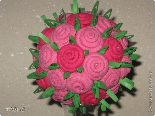 Пытаюсь сделать розовый куст из салфеток. Для  одной розы использовала половину салфетки, туго закрученной до середины на тонкую спицу для вязания. Основа - шар из газеты, обмотанный нитками и покрашенный гуашью. фото 2