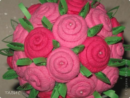 Пытаюсь сделать розовый куст из салфеток. Для  одной розы использовала половину салфетки, туго закрученной до середины на тонкую спицу для вязания. Основа - шар из газеты, обмотанный нитками и покрашенный гуашью. фото 3