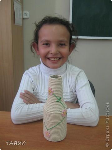 Маличка и ее новое творение: стеклянная бутылка декорирована бельевым шнуром и украшена цветами в технике квиллинг. фото 1