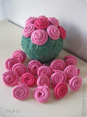 Пытаюсь сделать розовый куст из салфеток. Для  одной розы использовала половину салфетки, туго закрученной до середины на тонкую спицу для вязания. Основа - шар из газеты, обмотанный нитками и покрашенный гуашью. фото 1