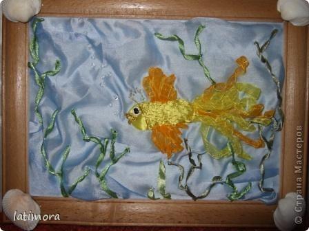 Рыбка теперь плавает в детском саду. Материалы: ленты, ткань-остатки от пошива занавесок, золотые нитки, бисер. фото 1