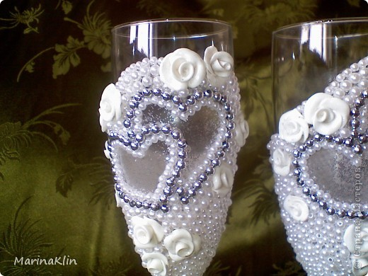 А эти бокалы с небольшим сюрпризом. Розы покрыла лаком с диско-эффектом. При флюорисцентном освещении розы светятся  неоном. фото 1