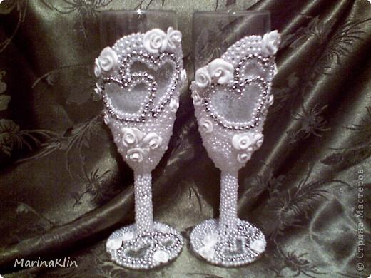 А эти бокалы с небольшим сюрпризом. Розы покрыла лаком с диско-эффектом. При флюорисцентном освещении розы светятся  неоном. фото 4