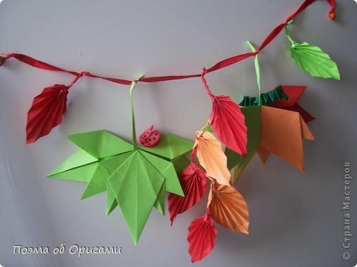 Кто сказал, что гирлянды бывают только под Новый год? Гирлянды из осенних листьев выглядят не менее нарядно. Особенно, если украсить их божьими коровками и гусеницами. Несмотря на то, что на фото целая композиция, в этом МК я хочу показать как делаеться только один из видов листьев - гофрированных. По общему виду они больше напоминают листья дикого винограда. Именно поэтому и были выбраны для них красные и оранжевые цвета. Остальные идеи взяты из уже опупликованных ранее МК на сайте. Кленовый листок здесь: http://stranamasterov.ru/node/81690 Гусеницы здесь: http://stranamasterov.ru/node/24103 Божья коровка здесь: http://stranamasterov.ru/node/73650 фото 8