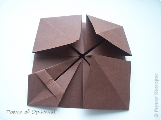 Несмотря на то, что бумага была изобретена в Китае, оригами не получило там такого распространения, как в Японии. В Китае существует совсем небольшой набор сложенных из бумаги изделий, которые можно для этой страны можно считать традиционными. Шанхайская ваза один из таких примеров. фото 16