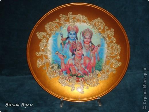 """Тарелка """"Индия""""(обратный декупаж). Долго вынашивала идею """"индийского"""" набора , и вот начало ему положено - эта тарелочка. В работе использованы: собственно тарелка, декупажная карта на рисовой бумаге,кружево, акриловая краска """"старое золото"""", и конечно же ПВА,стекловидный лак (на обратной стороне тарелки)."""