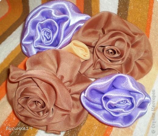 Розы выполнены из косой полоски и стянуты нитью.