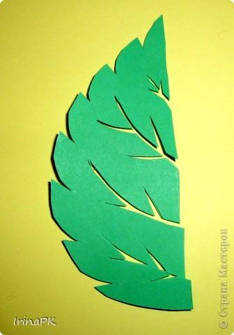 Упражнялись с детьми в вырезании листьев из квадратов, сложенных пополам, потом каждый делал портрет Осени. фото 3