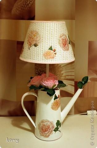 Как из лейки, абажура и основания для лампы сделать необычную лампу с декупажным оформлением:)
