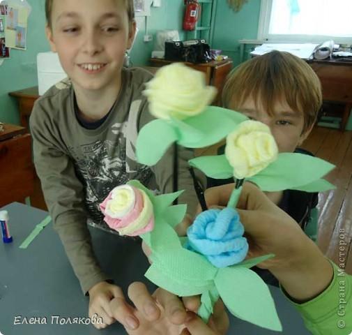 """Вчера на занятиях, когда мы делали пирожные http://stranamasterov.ru/node/107655, кто-то из детей спросил:""""А почему вы нам такие легкие поделки предлагаете?""""   Вот поэтому сегодня я им предложила сделать по розе из салфеток, к тому же скоро День матери и такая поделка весьма актуальна.  Клим, Глеб и Андрей фото 1"""