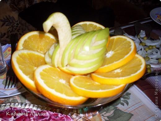 Лебедь из яблока на апельсинах