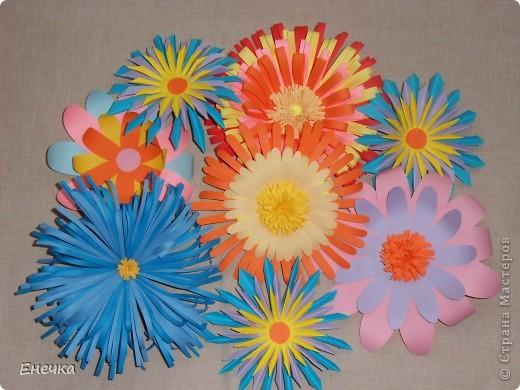вот такие цветочки мы сделали для украшения группы в садике к празднику фото 1