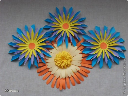 вот такие цветочки мы сделали для украшения группы в садике к празднику фото 3
