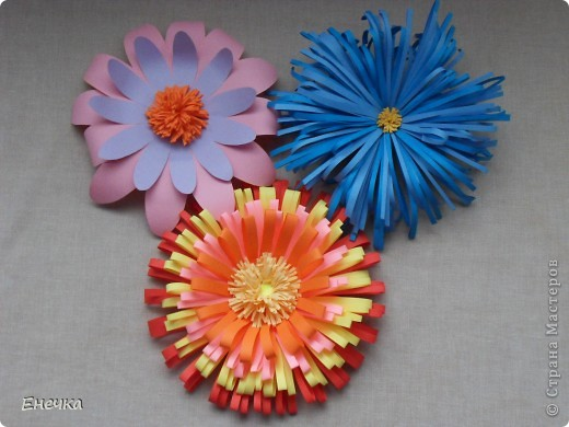 вот такие цветочки мы сделали для украшения группы в садике к празднику фото 6