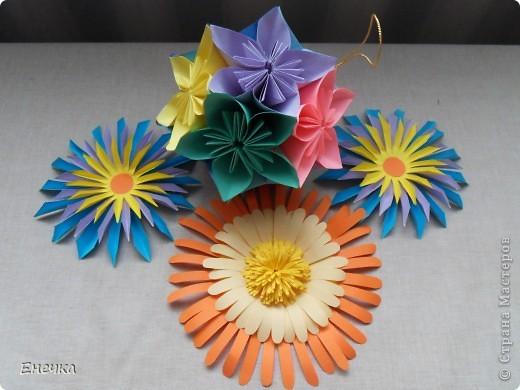 вот такие цветочки мы сделали для украшения группы в садике к празднику фото 5