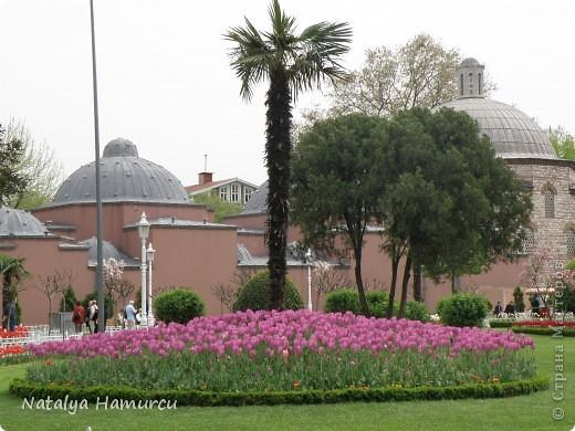 Предлагаю жителям Страны с помощью фотографий немного прогуляться по Турции. Все фотографии делала сама в разное время, их у меня очень много, отобрала лишь некоторые. Надеюсь что вписалась в жанр фоторепортаж.  Стамбул. Вход в «Дворец Топкапы», март 2009. С 1924 года дворец является музеем, а до этого служил несколько столетий главной султанской резиденцией. фото 27