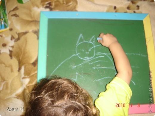 Сынок попросил нарисовать кошечку. Я только круг (мордашку) и ушки нарисовала, потом он забрал у меня мел и сам все остальное дорисовал. Если не очень понятно, то наш кот полосатый  фото 2