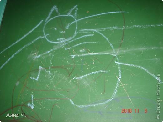Сынок попросил нарисовать кошечку. Я только круг (мордашку) и ушки нарисовала, потом он забрал у меня мел и сам все остальное дорисовал. Если не очень понятно, то наш кот полосатый  фото 1
