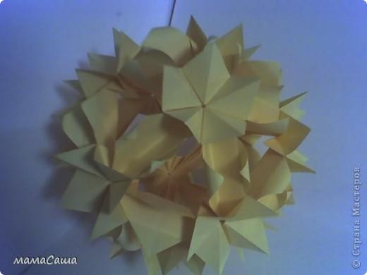 Осенний листопад золотых кленовых листьев навеял собрать вот такую кусудамку. фото 2
