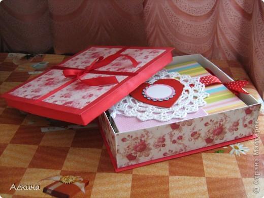 Решила на день рождения племянницы сделать фотоальбом. Уже подарила,она со своей мамой были в восторге))) Чтобы альбомчик не помялся,сделала к нему коробку. Размер альбома 17,5 на 20, 7 разворотов, 8 листов,основа картон. фото 1