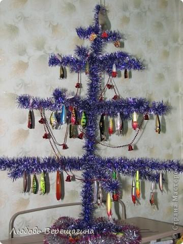 Основа елки - проволока. Обвернуть мишурой нужноо цвета. Повесить воблеры и попперы.