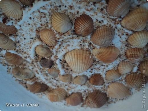 Тарелочка.Делается очень просто: мы взяли блюдце из-под цветочного горшка, покрасили его белой акриловой краской (естественно после грунта). Ракушки приклеили на обычную шпаклевку :) Присыпали песочком, готово! фото 2