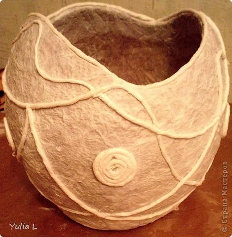 Для создания такой вазы в технике папье-маше понадобятся:  надувной шар, крем или вазелин, туалетная бумага, бумажные салфетки, клей ПВА, акриловые краски или гуашь, нитки, макетный или канцелярский нож. фото 4