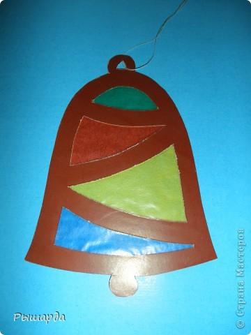 Вырезаем из плотного картона.и приклеиваем на стекла окон или же просто можно подвесить к лампе. фото 5