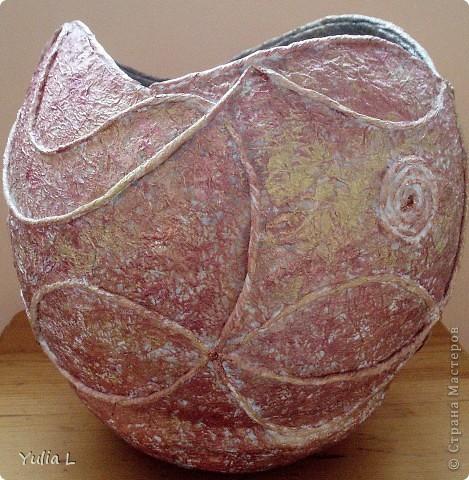 Для создания такой вазы в технике папье-маше понадобятся:  надувной шар, крем или вазелин, туалетная бумага, бумажные салфетки, клей ПВА, акриловые краски или гуашь, нитки, макетный или канцелярский нож. фото 7