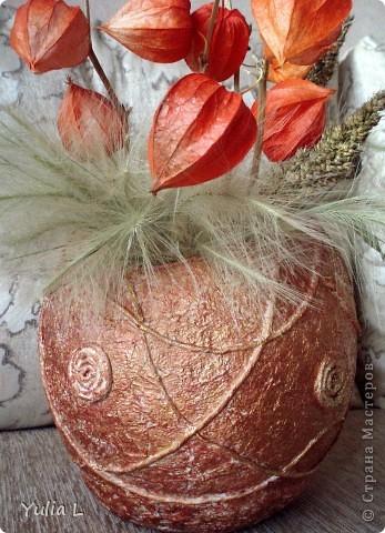Для создания такой вазы в технике папье-маше понадобятся:  надувной шар, крем или вазелин, туалетная бумага, бумажные салфетки, клей ПВА, акриловые краски или гуашь, нитки, макетный или канцелярский нож. фото 8