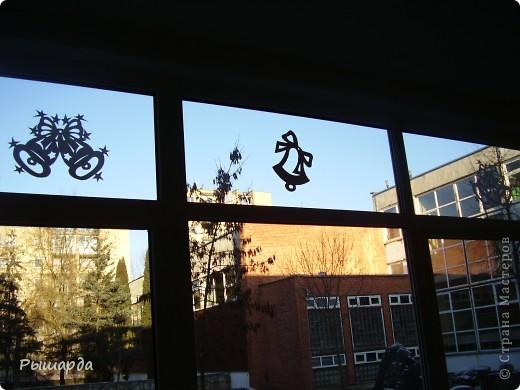 Вырезаем из плотного картона.и приклеиваем на стекла окон или же просто можно подвесить к лампе. фото 6