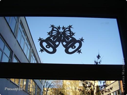 Вырезаем из плотного картона.и приклеиваем на стекла окон или же просто можно подвесить к лампе. фото 7