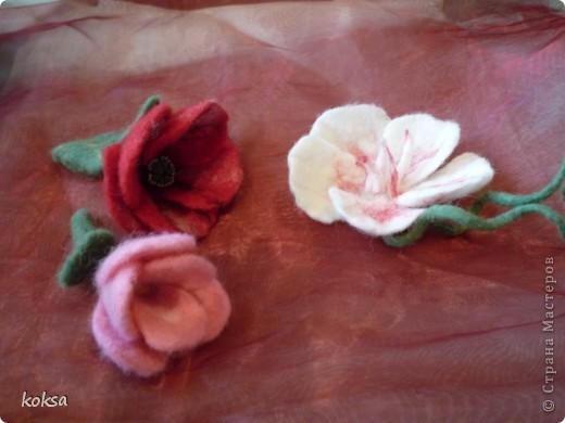 Цветы - броши, выполнены в технике сухого и мокрого валяния, украшены бисером.