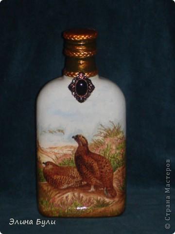 """Маленькая бутылочка для """"сугрева"""" охотника.  Выполнила в технике декупаж  с подрисовкой и немножко задекорировала тесьмой и красивой декоративной пуговицей. фото 1"""