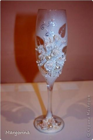 Решила сделать полностью белые бокалы. Но рука всЁ время тянулась добавить цвета )) И вот они готовы. ))) фото 1