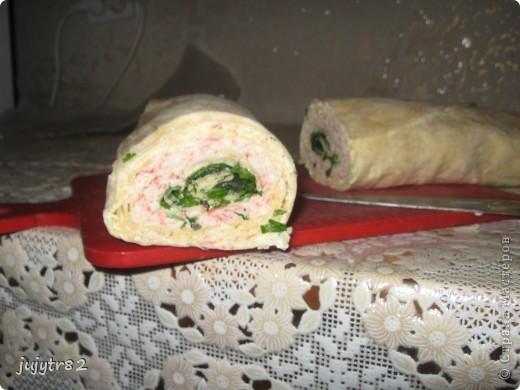 Рулет из лаваша. На один рулет нам понадобится: 3 тонких лаваша 2 упаковки крабового мяса 300 грамм сыра пучок зелени (укроп, петрушка) фото 1