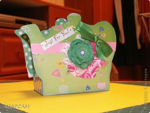 На одном из сайтов по скрапбукингу нашла замечательные коробочки для чая, которые не стыдно в качестве презента принести в гости. Мне так понравились эти коробочки, что идею одной я решила воплотить в жизнь. Тем более подруга позвала на чай. А у меня, что называется, было. Итак, моя коробочка для чая. Вид с одного боку. фото 1