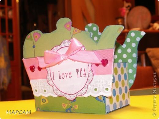 На одном из сайтов по скрапбукингу нашла замечательные коробочки для чая, которые не стыдно в качестве презента принести в гости. Мне так понравились эти коробочки, что идею одной я решила воплотить в жизнь. Тем более подруга позвала на чай. А у меня, что называется, было. Итак, моя коробочка для чая. Вид с одного боку. фото 2