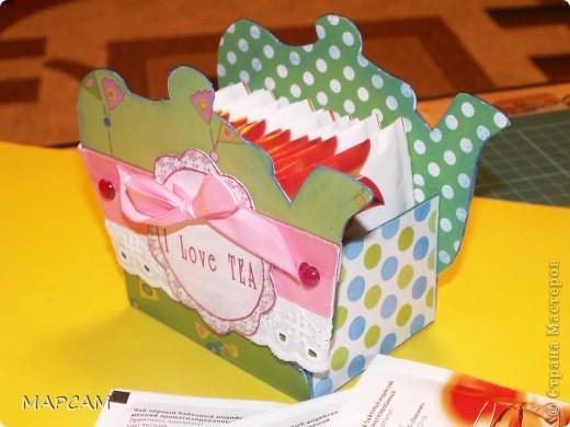 На одном из сайтов по скрапбукингу нашла замечательные коробочки для чая, которые не стыдно в качестве презента принести в гости. Мне так понравились эти коробочки, что идею одной я решила воплотить в жизнь. Тем более подруга позвала на чай. А у меня, что называется, было. Итак, моя коробочка для чая. Вид с одного боку. фото 3