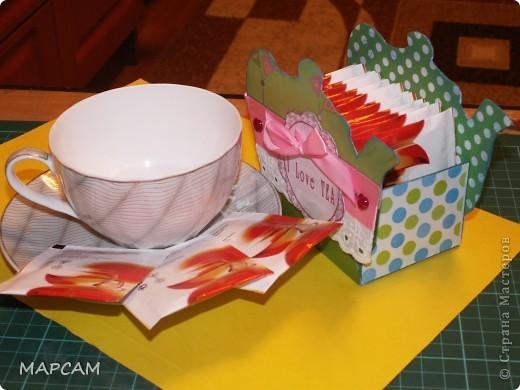 На одном из сайтов по скрапбукингу нашла замечательные коробочки для чая, которые не стыдно в качестве презента принести в гости. Мне так понравились эти коробочки, что идею одной я решила воплотить в жизнь. Тем более подруга позвала на чай. А у меня, что называется, было. Итак, моя коробочка для чая. Вид с одного боку. фото 4