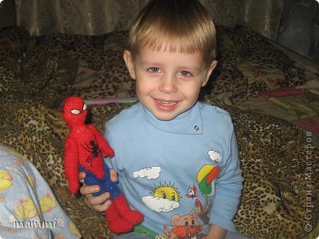 """Сынуля попросил чтобы я связала """"Человека Паука дяденьку Питера""""( так он его называет) Ну я посидела день и вечер и вот что навязала фото 3"""