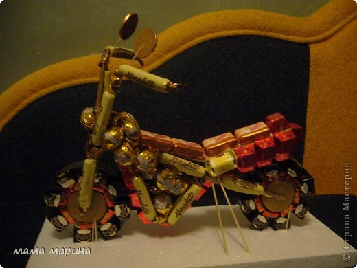 мотоцикл из конфет фото 1